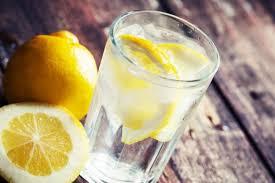 Beberapa manfaat air mineral yang dicampur dengan irisan lemon